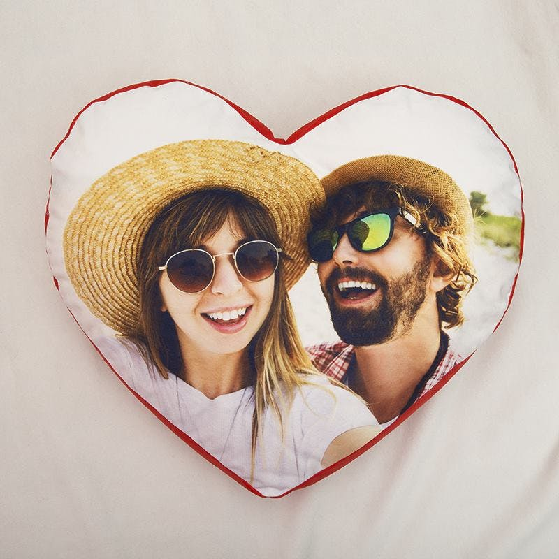 https://print.arcdesign.sk/images/products_gallery_images/young-couple-heart-cushion-personalised-print-257914_l.jpg